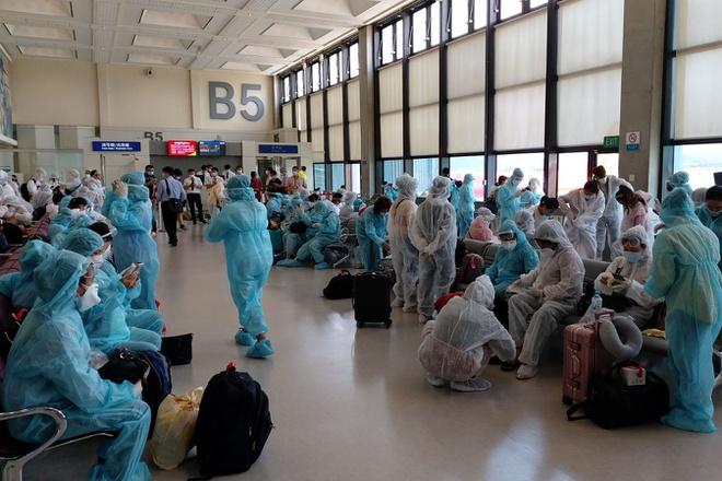 Các biện pháp về an ninh, an toàn và vệ sinh dịch tễ được thực hiện nghiêm túc trong suốt chuyến bay. Ảnh: Bộ Ngoại giao.